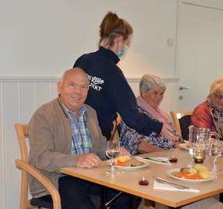 FLOTT TILTAK. Johannes Røen var blant dei eldre som gledde seg over middag på Bjørkheim kro og motell på tysdag. Til høgre sit kona Svanhild, og ved sida av henne Herdis Røen.