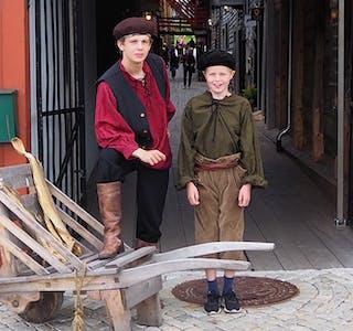 TØRRFISK OG TURISTAR: Drengene «Ole» og «Johannes» på Bryggen. Utlånt foto