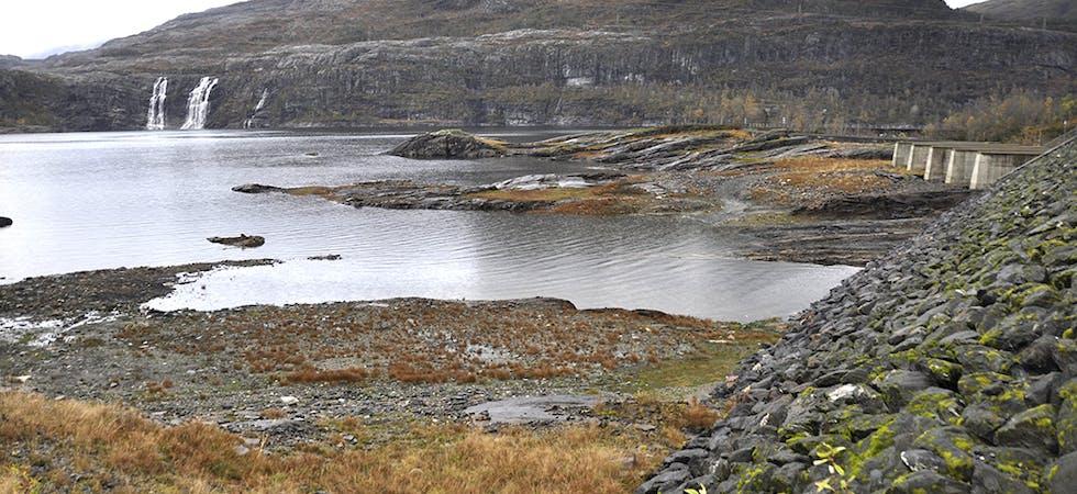 15. OKTOBER: Slik såg det ut i Kvitingsvatnet på fredag. Vasstanden var framleis sju meter under normalen.  I tilførslemagasina Svartavatnet og Øvre og Nedre Dukavatnet var fyllingsgraden langt unna det som er vanleg i oktober.