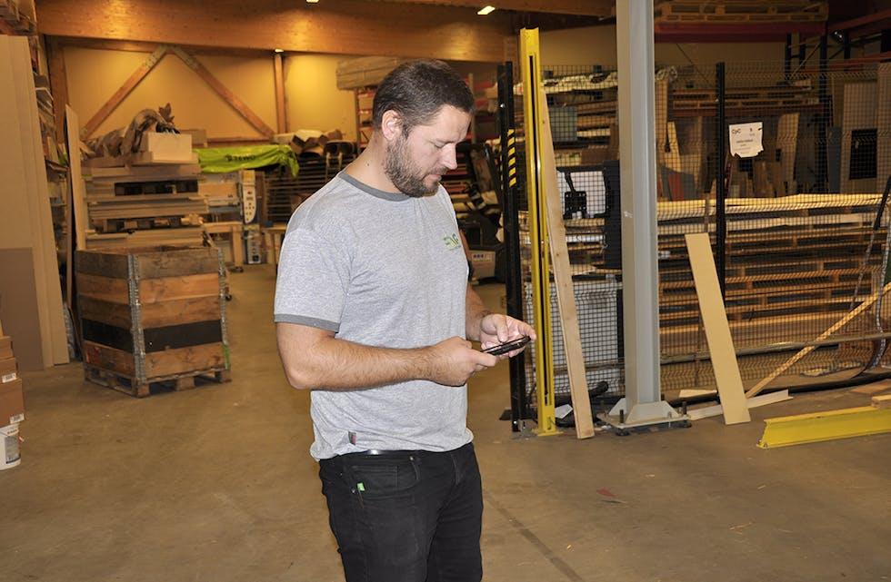 DÅRLEG SIGNAL: Ørjan Storum fortvilar over mobildekninga hos Faginnredning, der han er fabrikksjef. Verksemda har slite med problema i årevis.