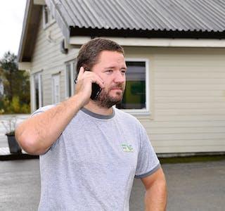 UTEKONTOR: Fabrikksjef Ørjan Storum hos Faginnredning AS må ofte ut på parkeringsplassen for å unngå telefontrøbbel.