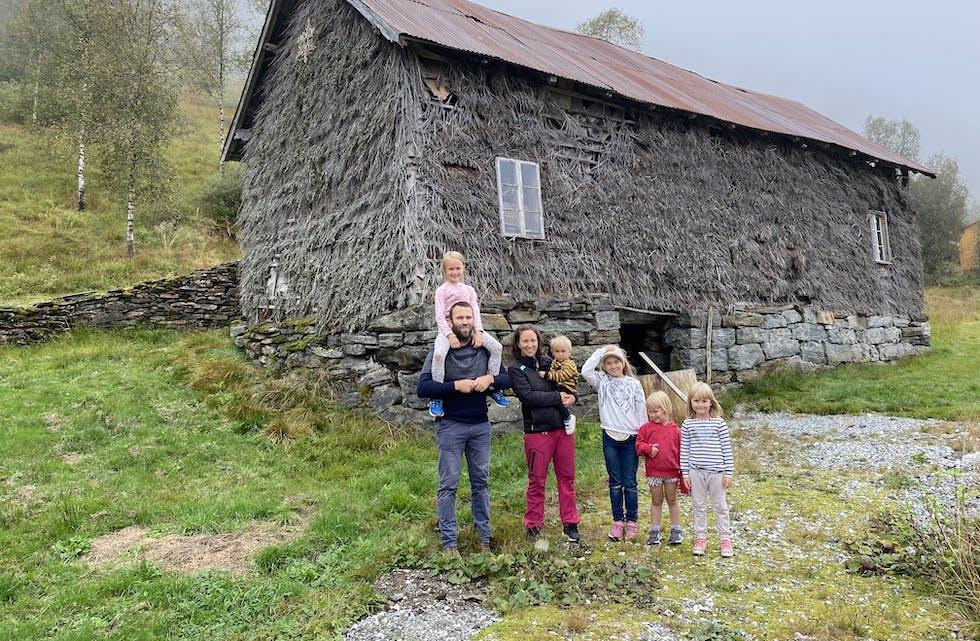 FAMILIEN KALVENES: Øystein og Belinda med Magnhild (10), Ingeborg Anna (7), Ingrid (5), Solveig (3), og Lars Martines (1) framfor brakeløa dei eig i Eikedalen.