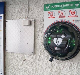 HENG UTANFOR INNGANGSDØRA: Hjartestartaren på bensinstasjonen er tydeleg skilta og lett tilgjengeleg døgnet rundt.
